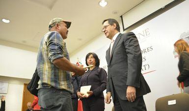 El Secretario del Trabajo, Roberto Campa, otorgando su visa de trabajo a un jornalero mexicano