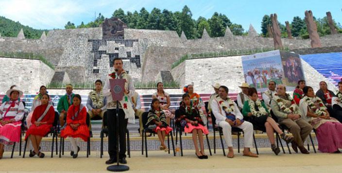 En la imagen, el Presidente Enrique Peña Nieto durante la conmemoración del Día Internacional de los Pueblos Indígenas realizada en el Centro Ceremonial Otomí,  Estado de México. En la foto aparece el titular de SEDATU, Jesús Murillo Karam.
