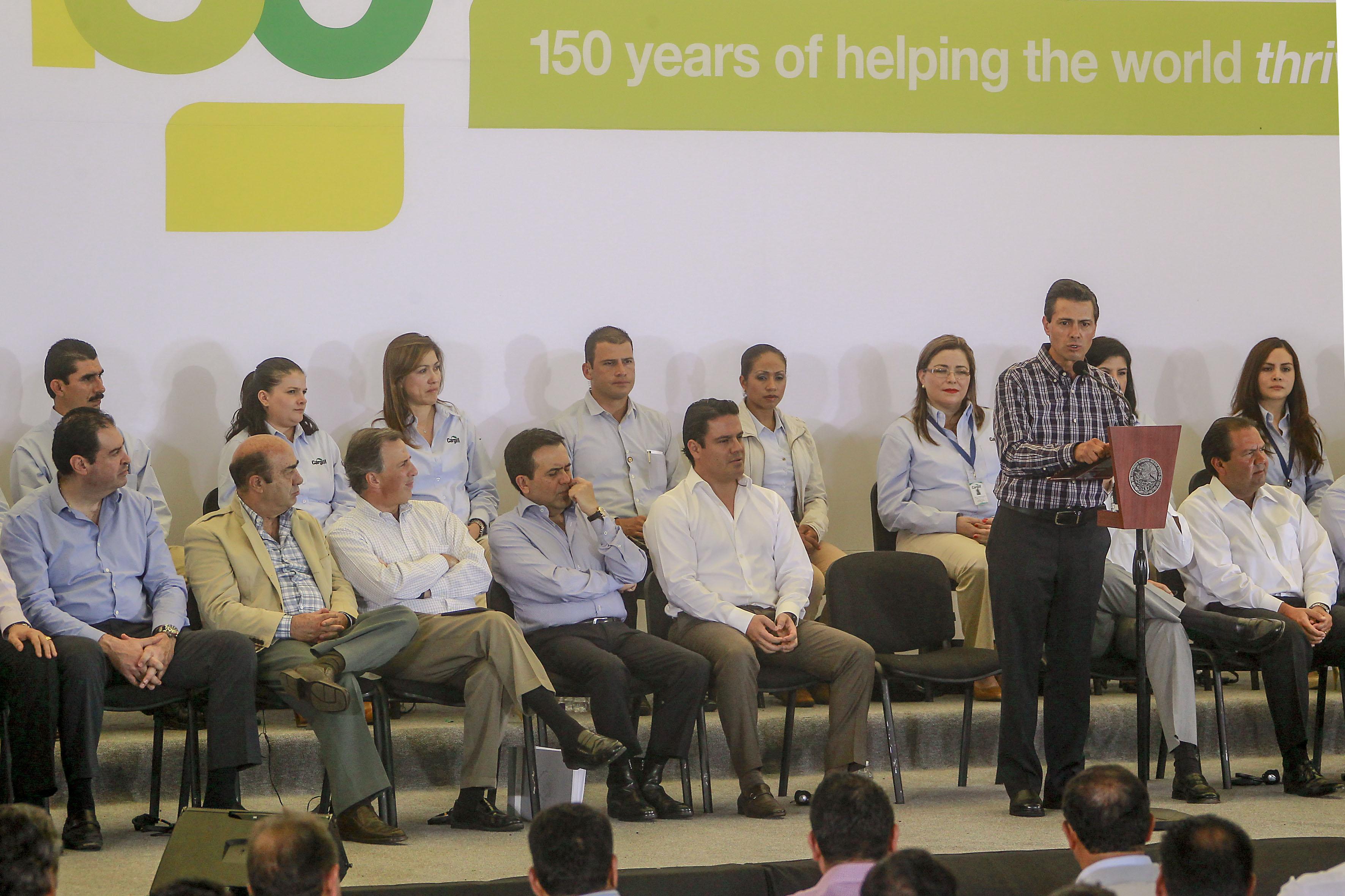 En la imagen, el Presidente Enrique Peña Nieto durante el anuncio de inversión por  7 mil millones de dólares de la empresa Cargill. En la foto aparece el titular de la SEDATU, Jesús Murillo Karam, junto con otros miembros del Gabinete.
