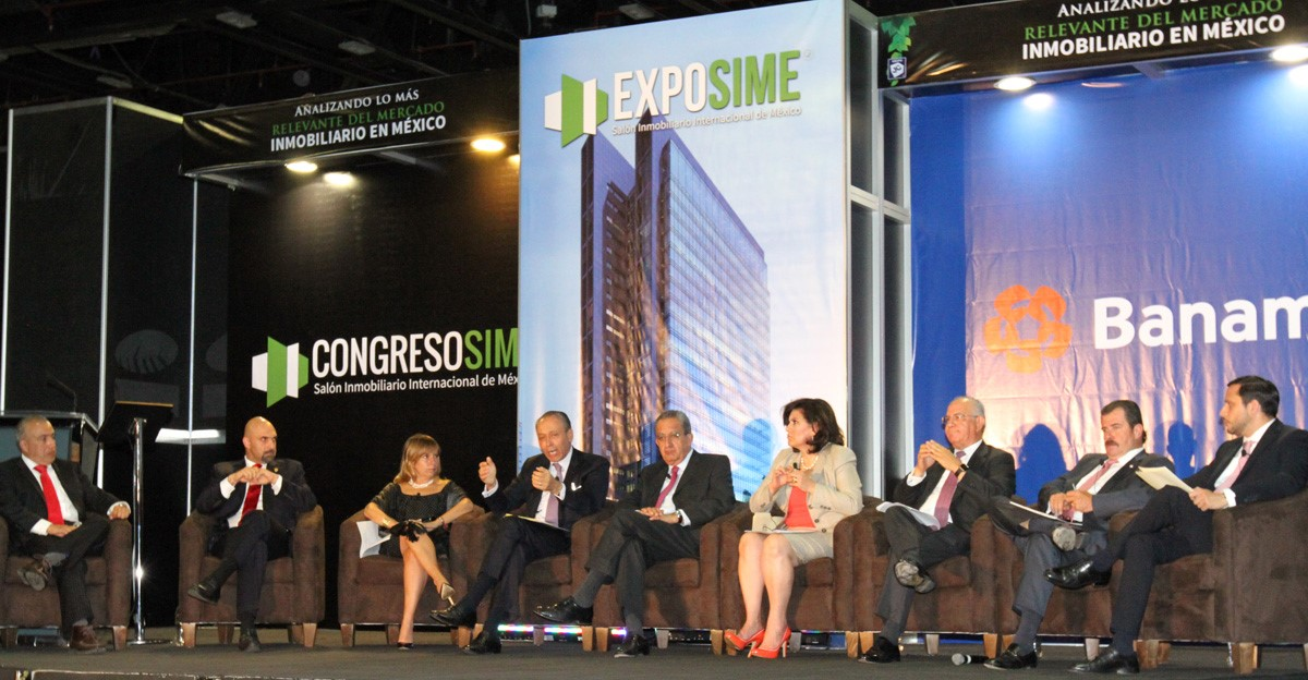 En la imagen, la directora de la CONAVI, Paloma Silva; el titular de FOVISSSTE, José Reyes Baeza, y el subsecretario de Desarrollo Urbano y Vivienda de la SEDATU, Alejandro Nieto, al participar en un panel del Congreso SIME 2015.