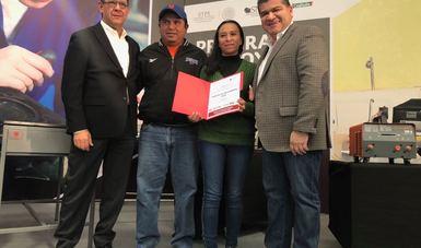 El Secretario del Trabajo y Previsión Social, Roberto Campa Cifrián junto con el Gobernador de Coahuila, Miguel Ángel Riquelme Solís entregan apoyos a beneficiarios del Servicio Nacional de Empleo