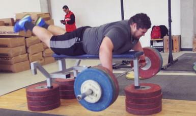 El halterista Raúl Manríquez se recupera de una lesión en la rodilla.