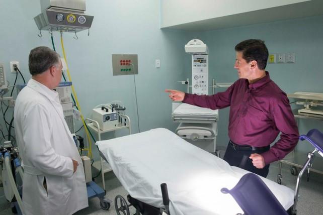 EPN visita las instalaciones del Hospital Regional de Apatzingán, Michoacán.