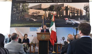 El Secretario de Gobernación, Alfonso Navarrete Prida, hablando al micrófono durante su participación en la colocación de la primera piedra del nuevo edificio de la Embajada de los Estados Unidos en México.