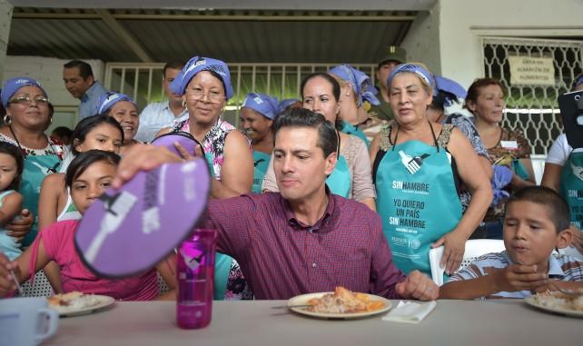 El Presidente Enrique Peña Nieto convive con los niños que asisten al comedor comunitario de Chiquihuitillo, Apatzingán.