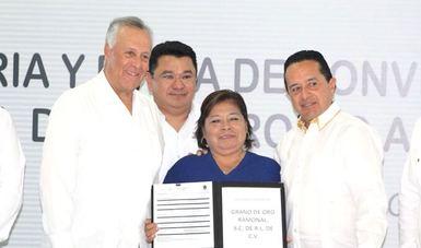 Acompañado del gobernador del estado de Quintana Roo, entregaron documentos a beneficiarios de la entidad