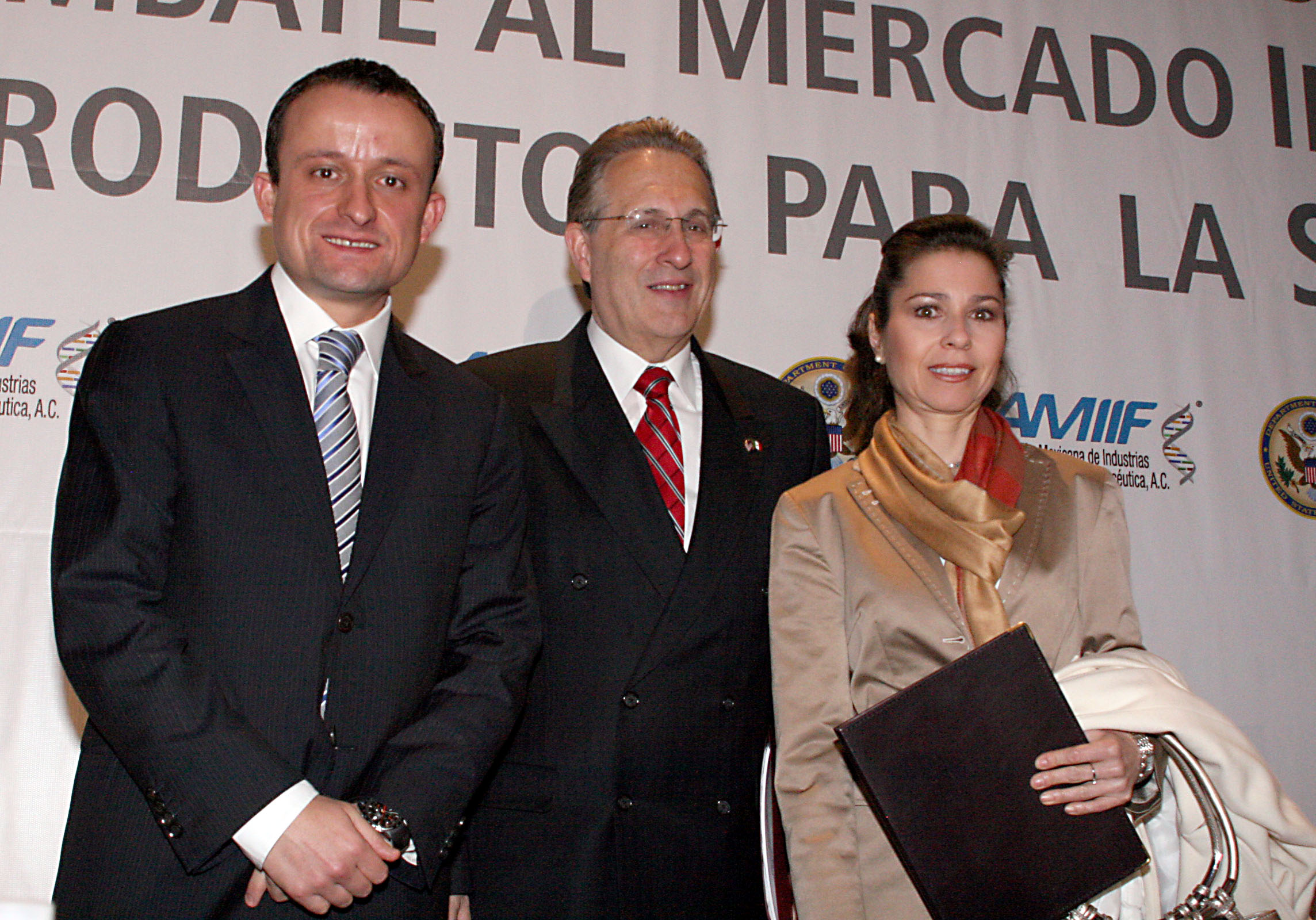 Acuerdan reforzar acciones para combatir el mercado ilegal de medicamentos.