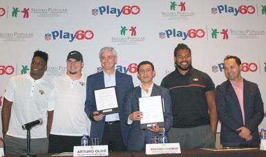 Antonio Chemor Ruiz, comisionado nacional del Seguro Popular y Arturo Olivé, Director de NFL México, firmaron una alianza para promover la activación física de niñas, niños y adolescentes de todo el país, a través del deporte.
