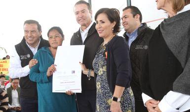 La Secretaria Rosario Robles destacó la importancia que tiene para el Gobierno de la República entregar documentos que certifiquen la Certeza Jurídica y la Seguridad Patrimonial a las familias mexicanas.