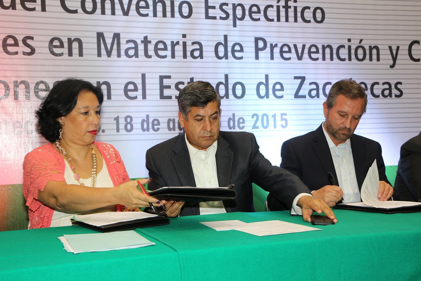 En representación del doctor Manuel Mondragón, la doctora Nora Frías recibió el reconocimiento que el gobernador Miguel Alonso Reyes entregó al titular de CONADIC, al nombrarlo Huésped de Honor