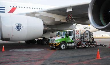 Vehículo despachador de combustibles de aviación de ASA abasteciendo a aeronave