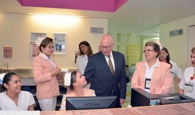 Dr. José Narro con enfermeras.