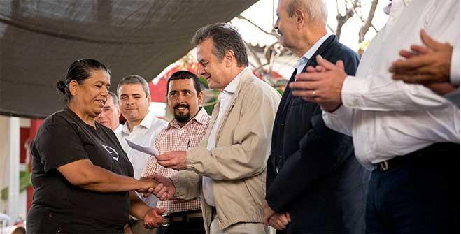 Entrega de mil cilindros nuevos de gas L.P. de 20 kilogramos y mil vales para su recarga en Michoacán.