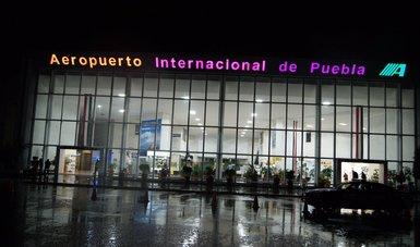 Entrada principal del edificio terminal del aeropuerto Internacional de Puebla