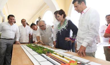 Funcionarios encargados de las obras explican la distribución y acciones que realizarán en el terreno de 4.2 hectáreas