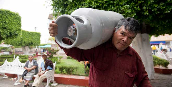 Entrega de mil cilindros y vales de recarga en Michoacán