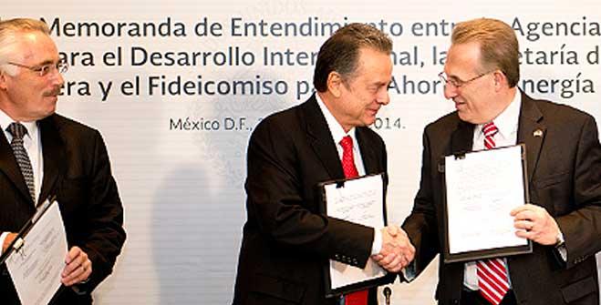 El Secretario de Energía, Pedro Joaquín Coldwell y el Embajador de Estados Unidos en México, Anthony Wayne, durante la firma de Memoranda de Entendimiento para el financiamiento e implementación de energías limpias y tecnologías de eficiencia energética.