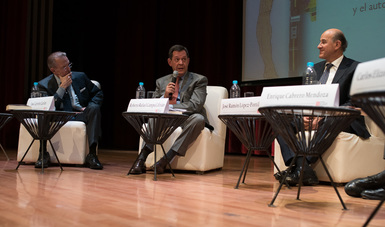 El secretario Roberto Campa en su participación durante la presentación del libro