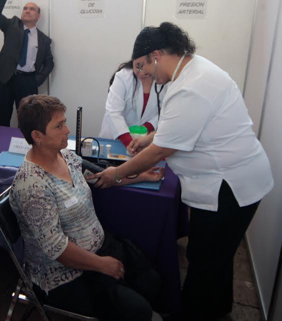 Enfermera tomando la presión