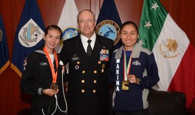 Almirante Secretario de Marina en compañía de Atletas Navales