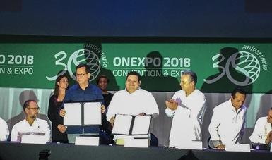 El Secretario del Trabajo, Roberto Campa; el Secretario de Energía, Pedro Joaquín Coldwell y el Presidente Nacional de ONEXPO, Roberto Díaz de León con el Convenio de Colaboración
