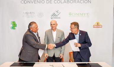 """Gruma y el Centro Internacional de Mejoramiento de Maíz y Trigo (CIMMYT), signaron el convenio de colaboración """"Programa de Apoyo Tecnológico e Investigación para la Producción Sustentable de Maíz""""."""