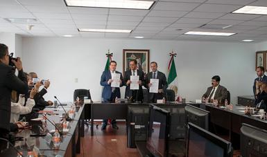Exposición del Contrato Salarial entre Aeromexico y ASSA. Se observa al Secretario Campa, el Dir. Gral de Aeromexico y al Secretario Gral. de la ASSA.
