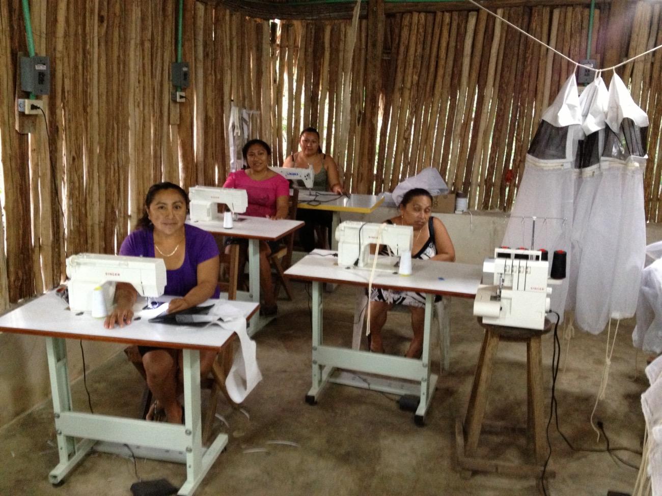 Mujeres quintanarroenses en su taller de costura en el municipio de Carrillo Puerto