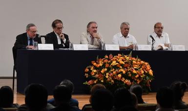 Evocan amigos e intelectuales a Miguel Ángel Flores