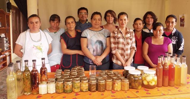 Mujeres indígenas con salsas secas y productos gourmet