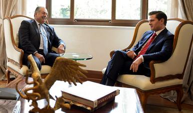 El Presidente Enrique Peña Nieto y el director general de DowDuPont, Andrew N. Liveris
