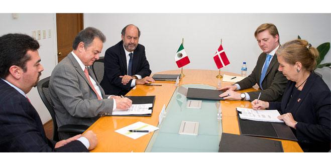 El Secretario de Energía, Pedro Joaquín Coldwell y la Embajadora de Dinamarca en México, durante la firma de un instrumento de cooperación en materia de energía y cambio climático.