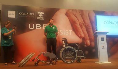 Dos personas explican como desarmar la silla de ruedas