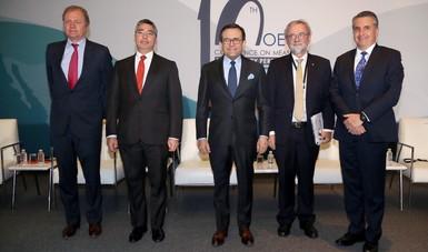 Secretario Ildefonso Guajardo, Comisionado Mario Emilio Gutiérrez y representantes de la OCDE