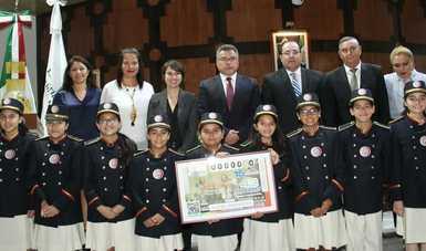 Fotografía de autoridades que encabezaron el Sorteo en compañía de las niñas y niños gritones de Lotería Nacional