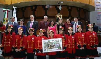 Fotografía de autoridades que encabezaron el sorteo acompañados de las niñas y niños gritones de la Lotería Nacional.