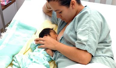 Al amamantar, las mujeres disminuyen la posibilidad de desarrollar cáncer de mama, de ovario, así como de sufrir fracturas de cadera, afirman especialistas del IMSS.