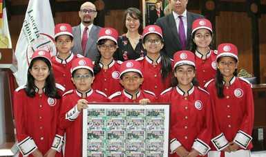 Fotografía de autoridades que encabezaron el Sorteo con las niñas y niños gritones de Lotería Nacional