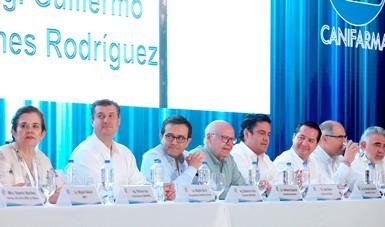 Imagen de la declaración como sector estratégico a la industria Farmacéutica y de Dispositivos Médicos. Aparecen Ildefonso Guajardo, Secretario de Economía y José Narro, Secretario de Salud