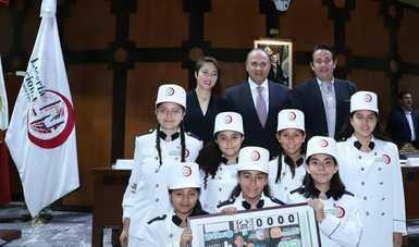 Fotografía de autoridades que encabezaron el sorteo acompañados de niñas y niños gritones de Lotería Nacional.