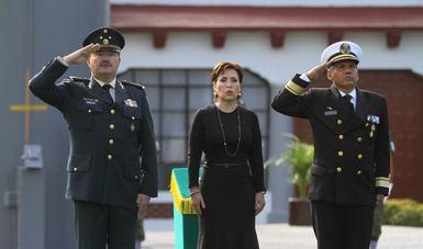 La Titular de la SEDATU Rosario Robles con funcionarios de la SEDENA y la SEMAR durante el iza miento de bandera