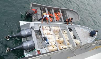 SEMAR asegura aproximadamente 250 kilogramos de presunta cocaína y 3 mil litros de combustible, frente a Costas de Guerrero
