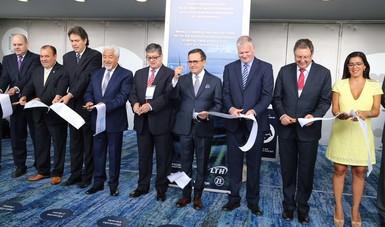 El Secretario Ildefonso Guajardo cortando el liston de la Inaguración de la Expo