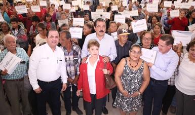 Srio. Eviel Pérez Magaña con beneficiarios en gira de trabajo por Durango