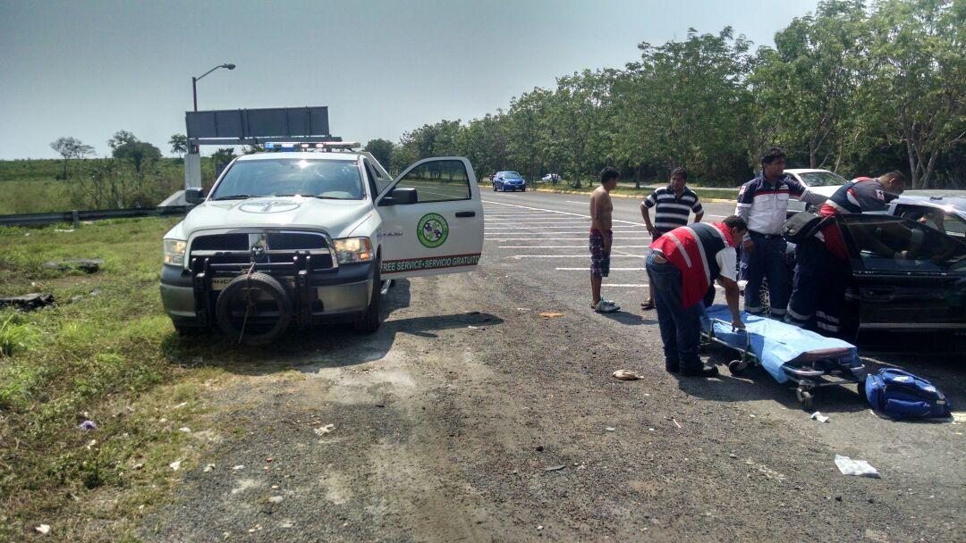 """Personal de la Corporación de Servicios al Turista """"Ángeles Verdes"""" asistiendo a una mujer que dio a luz cerca de la caseta de Cuyutlán, en la Autopista Manzanillo-Colima."""