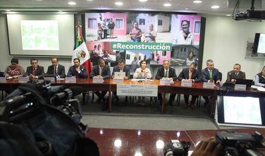 Mesa de asistentes en la conferencia de prensa