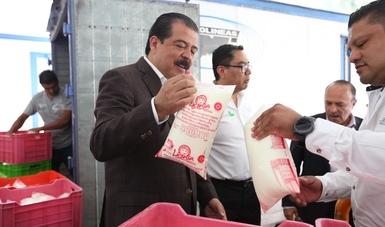 Srio. Eviel Pérez Magaña revisando una bolsa de leche Liconsa