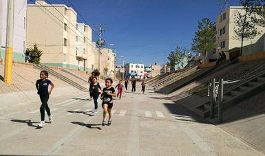 Niños corriendo dentro de una unidad habitacional
