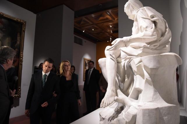 El Primer Mandatario y su esposa recorren las dos exposiciones en el Palacio de Bellas Artes.