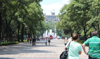 Gente caminando en la calle.